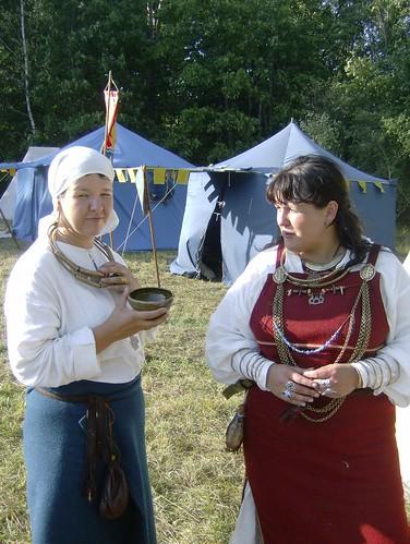 Sievietes senajos tērpos