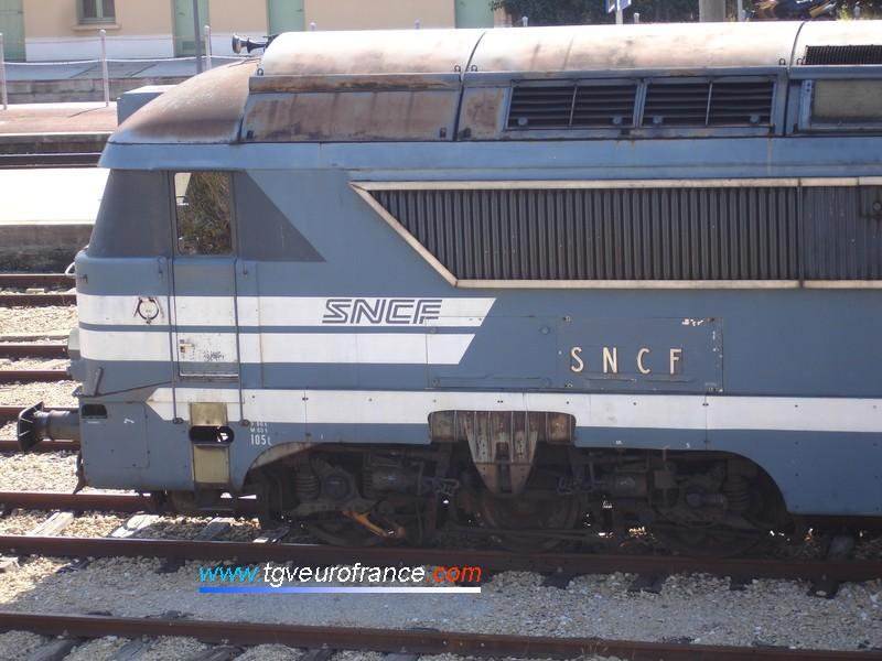"""Détail de la cabine d'une locomotive Diesel dite """"YaYa"""" (série 68500) avec deux générations de marquages SNCF dont le marquage d'origine en relief"""