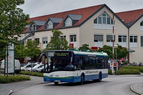 Der neue Hybridbus erreicht den Bahnhof Unterhaching