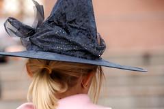trento street witch (photolupi) Tags: strada dof rosa trento 2008 luigi cappello ragazza strega capelli bionda nastro piazzi photolupi photoliupi luigipiazzi