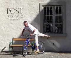 Jetzt aber nichts wie los! (happycat) Tags: people wil window bicycle bench schweiz post fenster bank ostschweiz written schrift velo fahrrad ch mensch velofahrer wilsg kantonstgallen buchstabenfotogruppe jwiejetztabernichtswielos