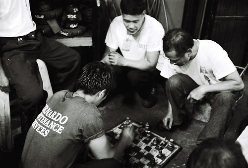 men playing chess on the street ground sidewalk Buhay Pinoy Philippines Filipino Pilipino  people pictures photos life Philippinen  菲律宾  菲律賓  필리핀(공화국) game board