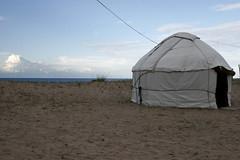 eenzame yurt (cienjaal) Tags: regenboog portretten bergen michiel reizen kleur vlees cien landschappen scoubidou kirgistan schelkens sonkul centraalazie
