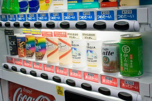 Distributeur de canettes proposant des boissons chaudes et froides