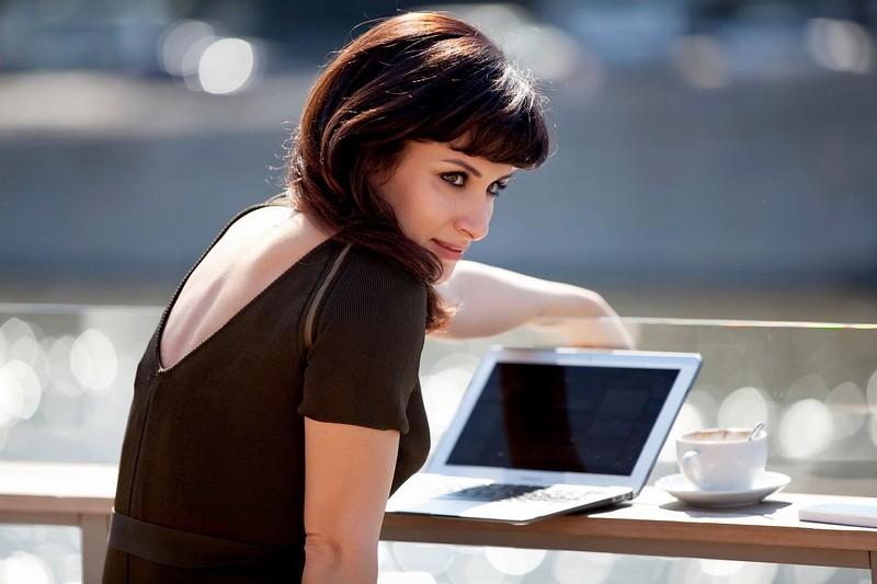 Тина Канделаки - фотография с макбуком