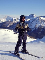 Waiting for return (Conanil) Tags: italien schnee italy panorama snow ski landscape costume italia nieve sneeuw helmet paisaje paisagem suit neve wait neige juego paysage landschaft casco espera tuta italie sci terno helm landschap itali conan attesa esqui esqu casque attente veneto kostuum capacete wacht wartezeit klage sturzhelm
