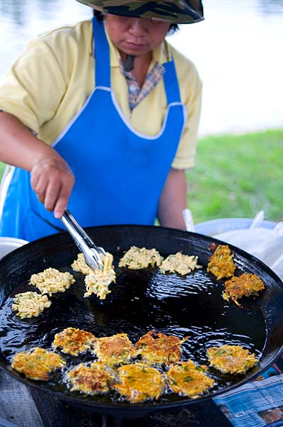 Making khang pong, Shan-style papaya fritters, for sale in Mae Hong Son