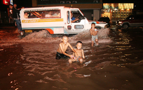 swimming playing flood davao street Pinoy Filipino Pilipino Buhay  people pictures photos life Philippinen  菲律宾  菲律賓  필리핀(공화��) Philippines