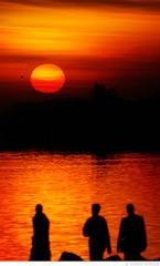 Pra esquentar (Omar Junior) Tags: sunset pordosol red orange sun color sol colors rio yellow cores geotagged lago pessoas agua do pentax d colorfull no laranja portoalegre vermelho amarelo porto junior alegre omar ist por pentaxistd usina quente gasometro silhueta gasmetro geo:lat=30035727 geo:lon=51241897