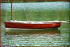 abbandonarsi (plaisirdevivre) Tags: lake verde water lago boat barca acqua riflessi calma superficie silenzio tranquillità digitalcameraclub