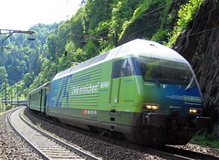 SBB Re 460 079 - 7 Weissenstein / Morgenstreich mit Werbung für den VCS auf Gotthardstrecke (chrchr_75) Tags: hurni christoph schweiz suisse switzerland svizzera suissa swiss chrchr chrchr75 chrigu chriguhurni bahn train rail railway zug lokomotive re gotthard gotthardbahn sbb cff ffs schweizerische bundesbahnen juna zoug trainen tog tren поезд паровоз locomotora lok lokomotiv locomotief locomotiva locomotive eisenbahn rautatie chemin de fer ferrovia 鉄道 spoorweg железнодорожный centralstation ferroviaria re4600797 re460 460 albumsbbre460 bundesbahn treno chriguhurnibluemailch werbelokomotive albumbahnsbbre460werbelokomotiven werbung