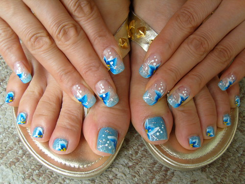 Blue flowers on te nails designs
