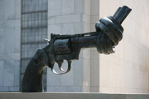 Revolver anudado, UN, ONU (NYC '08)