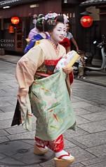 Cute Size (l plater (lost Internet connection)) Tags: japan kyoto geiko geisha  gion kansai geta honshu      pokkuri   almostanything flickrelite lplater unlimitedphotos takahina kippori