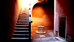 Ca' Goldoni (Gwenaël Piaser) Tags: venice venise venezia italie italia italy goldoni stairs pozzo agosto august aout 2008 ca cagoldoni aplusphoto superaplus explore explored 300 vario elmarit dlux varioelmarit dlux3 leica 394 400 500 puit waterwell water well flickrbestpics gwenflickr 威尼斯 linkinternet 5000