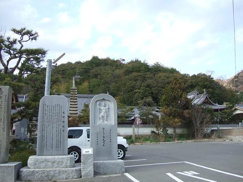 十三重石塔をこのあたりから描いている
