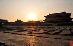 Phot.Beij.Forbidden.City.Sunset.110830.8267 (frankartculinary) Tags: 2008 2009 nikon d300 d200 coolpix artcafe colorphotoaward beijing beij china chinese city forbidden temple tempel huton hutong travel square places place plaza pltze strasen rue calle strada streets historic theunforgettablepictures glass reflection winter summer sommer stdte stadt ciudad ville citta great wall palace palast ethnic museum cultural people menschen castle schlsser