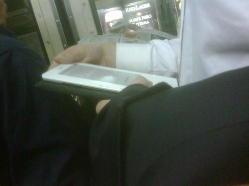 Leyendo Kindle en el Subte