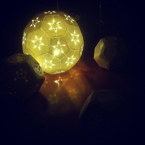 [0922UQiYO Night] 床に反射する#カミアカリ のヒカリ。