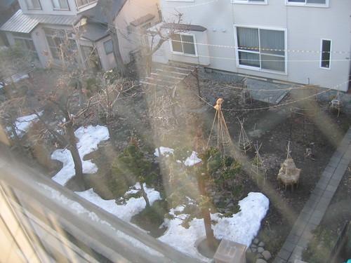 窗外有殘雪