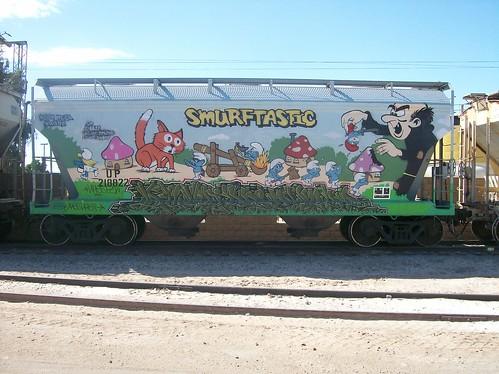 Grafitti de los pitufos en vagón de tren carguero (2)