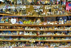 vi muitas coisas nº5... (bruce grant) Tags: sanfrancisco california sunset figurines shopwindows montra pluribus estatuetas