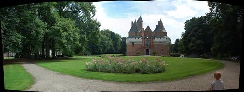 Het versterkt kasteel van Rambures, temidden van een mooi park