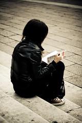 Pol[leggendo] (abusx) Tags: libro leggendo f18 ot isbn ragazza piazzamaggiore ceppa minimalista 50ino abusx canoniani pollejando polleggendo marcoguardaeannota