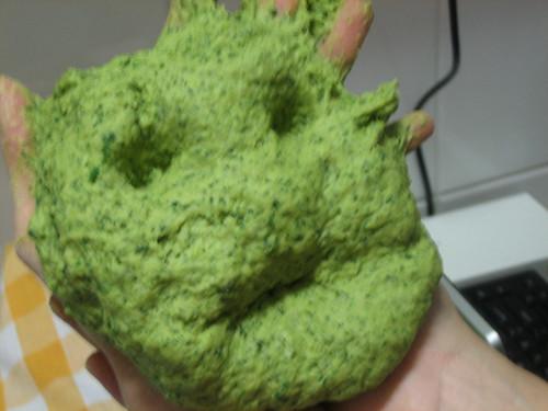 homem verde sem dentes e indignado