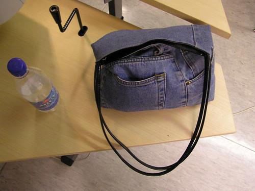 Farkkulaukku pöydän kulmalla