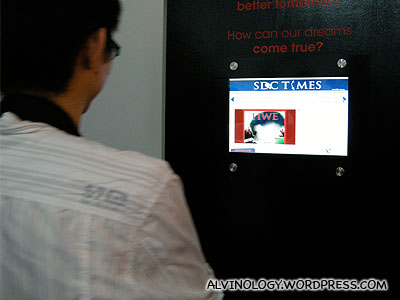 A blogger taking a SDC Neo-print of himself