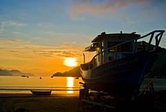 Ubatuba (Alê Santos) Tags: b sea sun praia beach brasil sunrise boats boat mar barco barcos ubatuba sp litoral nascerdosol rasil ubatubajunho2008