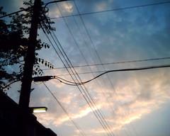 【写真】VQ1005で撮影した朝の風景(朝焼けの空と電灯)
