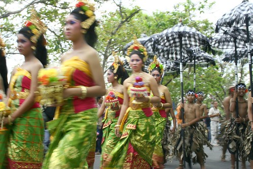 Balinese ladies blur
