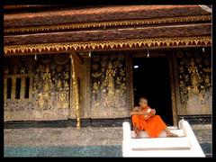 Hors du temps (Salva Magaz [Om Qui Voyage]) Tags: temple peaceful monk laos lao luangprabang tranquilidad moine paisible timestops smagaz horsdutempsquiet