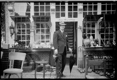 Mark in Delft in front of a nice shop (Jo Hedwig Teeuwisse) Tags: camera vintage 1930s mark 7 jo delft nostalgie clubinterbellum 1929voigtlndervoigtar7