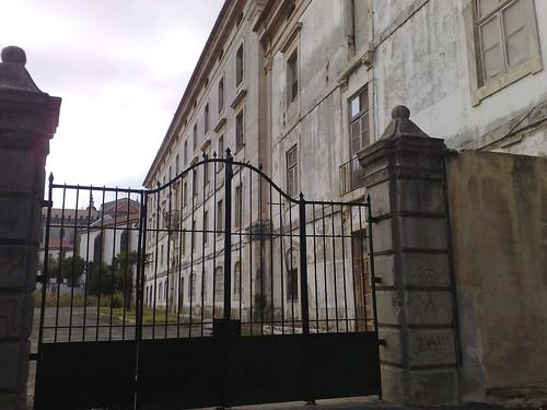 Por detrás do mosteiro