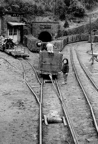 黑白童年-礦場女童