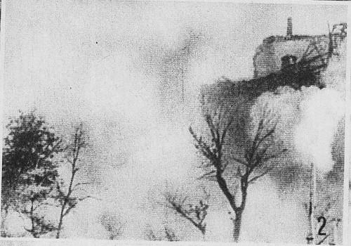 El Alcázar de Toledo envuelto en humo en pleno bombardeo