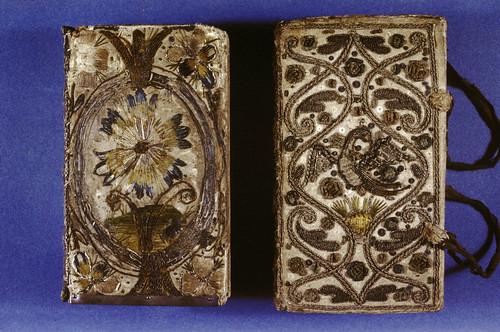005- Biblias- cubiertas bordadas con hilo de seda sobre satén satinado- Inglaterra 1633-1634