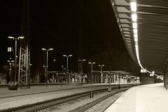 Nachts auf Gleis 6 (Tanja Arnold Photography) Tags: night germany deutschland nightshot nacht platform eisenbahn bahnhof timeexposure hauptbahnhof bremen gleise mainstation centralstation bahnsteig nachtaufnahme langzeitbelichtung railtrack norddeutschland northerngermany tanjaarnold tanjaarnoldphotography