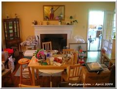 Ruang tengah yang jadi tempat mengungsikan barang dari dapur dan ruang makan