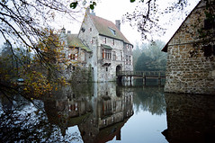 Ldinghausen (Peter Gutierrez) Tags: old bridge houses west building castle film stone wall germany deutschland photo europe european north courtyard medieval peter german gutierrez walls moat nordrheinwestfalen halftimbered burg deutsch vischering ldinghausen rhinewestphalia coesfeld petergutierrez