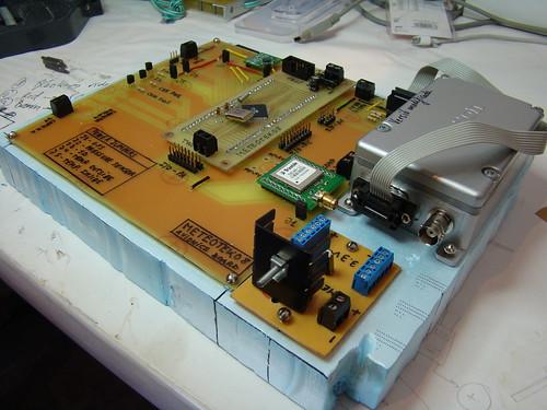 La placa principal, la de 3,3V i la ràdio preparades per posar dins la caixa