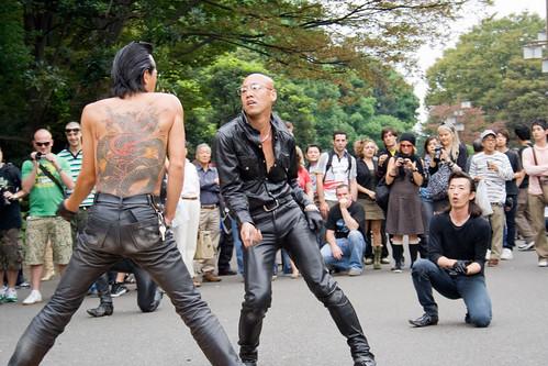 Danseurs de rockabilly mimant un joueur de guitare près de Harajuku