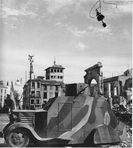 Blindado en la Plaza de Zocodover (Toledo) en la Guerra Civil. Septiembre de 1936. Fotografía de Hans Namuth/Georg Reisner