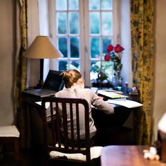 Bureau Ovale - Nuit (Guillaume Lemoine) Tags: roses blur france mac bokeh f14 duty 85mm bretagne travail homework flou mathilde ovaloffice 85mmf14 devoirs plhdel s bureauovale brenizermethod