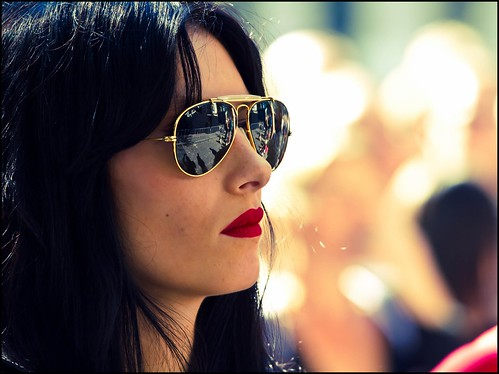 people sunlight hot reflection girl canon glasses focus dof bokeh candid babe 7d looks redlips diva bril rayban zonnebril hotlips streetcandid straatfotografie lippenstift zilverbat