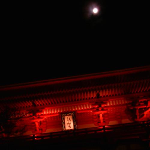【写真】清水寺のライトアップ4〜仁王門と月