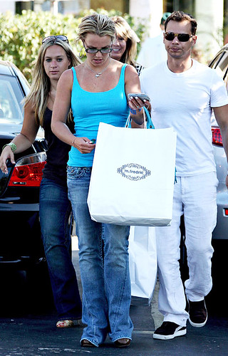 britney-spears-shop-7208-7